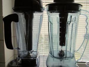 Vitamix links, Revoblend rechts. Man beache auch die solidere Griffausführung des Vitamix